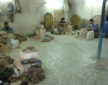 Artesãos cortando a cerâmica